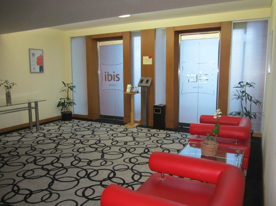 Ibis Semarang Simpang Lima : Seating room in front of the elevator