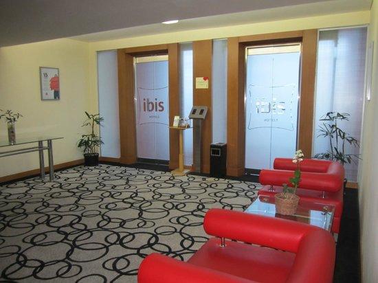 Ibis Semarang Simpang Lima: Seating room in front of the elevator