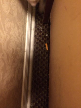 Four Seasons Motel: Cigarette butts & ashes in non-smoking room