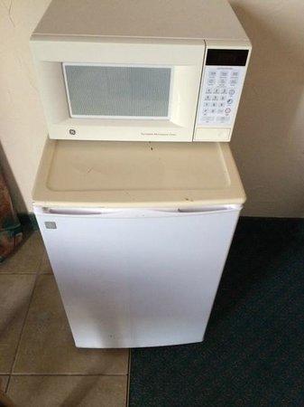Hotel Corpus Christi Bayfront: dirty fridge and microwave