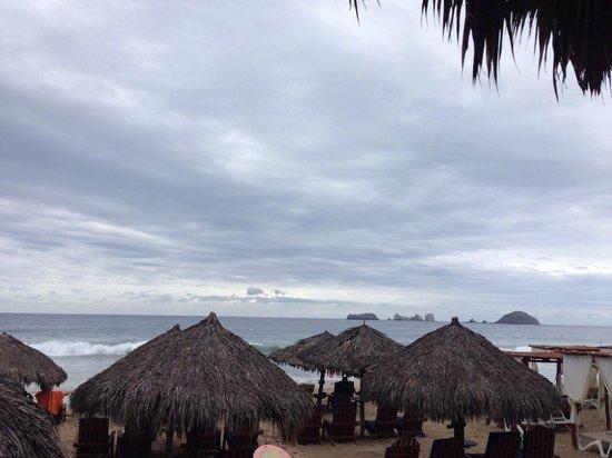 Sunscape Dorado Pacifico Ixtapa: Palapas zona de playa dia nublado