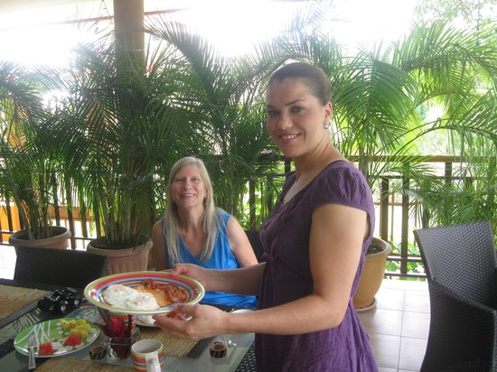 Coconut Lodge: My wife with Leidi at breakfast