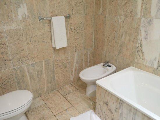 Salles Hotel Ciutat del Prat : Large bathroom