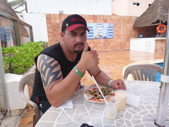 Hotel Dos Playas Beach House: comiendo una deliciosa pizza