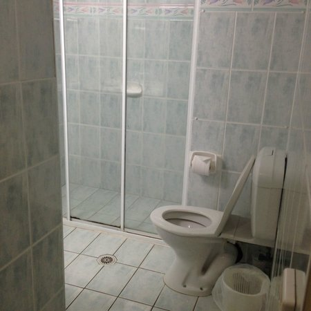Chateau Beachside: Shower and Toilet