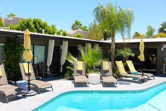 Avanti Hotel: The central pool