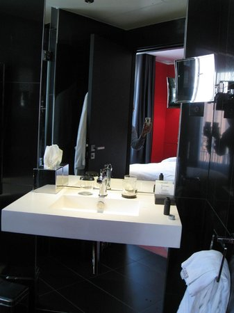 Hotel Félicien by Elegancia : Clean, dark, trendy bathroom