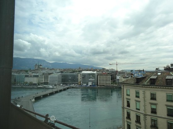 Four Seasons Hotel des Bergues Geneva: View from the window