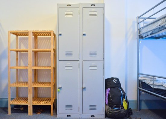 Blue Parrot Backpackers: Lockers in rooms