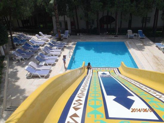 Larissa Beach Club: Маленький бассейн и горка