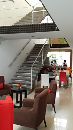 3B Barranco's - Chic and Basic - B&B : Center of hotel is dominated by a staircase.