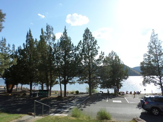 Prineville Reservoir State Park: A look towards the lake from th campgrounds