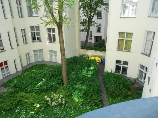 Pension Funk: Fönster mot innergården, rum 15