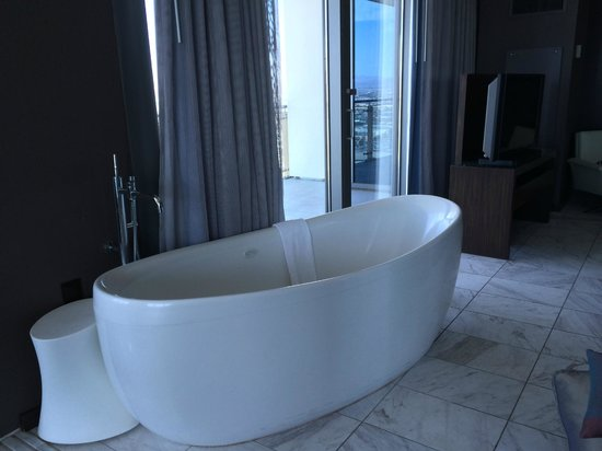 Palms Place Hotel and Spa: The soaking tub in the master bedroom.