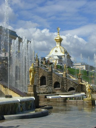 SPB Tours : just one of the fountains in the Peterhof Palace gardens