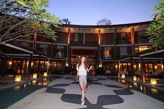 Marriott Hua Hin Resort & Spa: บรรยากาศด้านในโรงแรม ก่อนเดินไปสระว่ายน้ำ