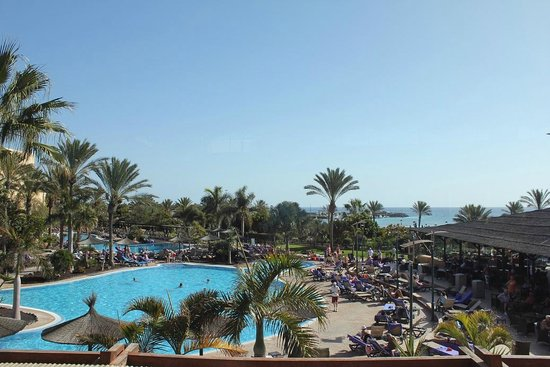 Barceló Fuerteventura Thalasso Spa: The pool and bar, with the beach just a short walk away
