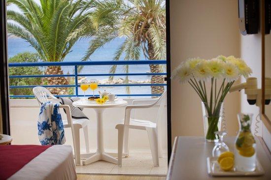 Queen's Bay Hotel: Veranda