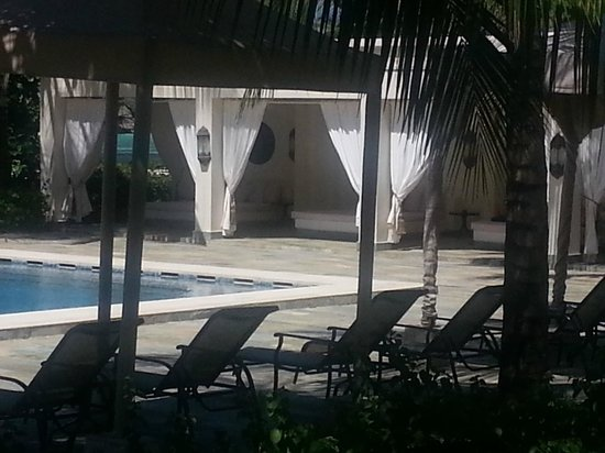 Baraza Resort & Spa: The poolside day beds