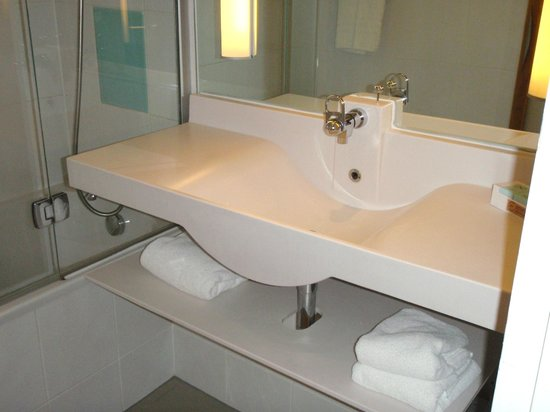 Novotel Coventry: Stylish Bathroom