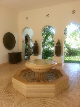 Baraza Resort & Spa: The fountain before you get to the reception
