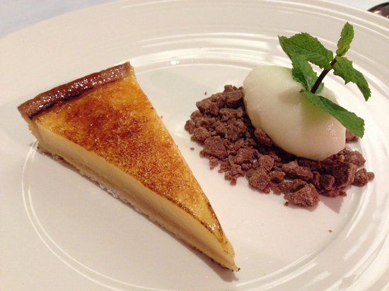 Restaurant Alcron: Sicilian lemon tart with crumbs and ice cream