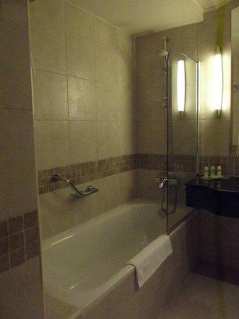 Courtyard Dubai, Green Community : bathroom