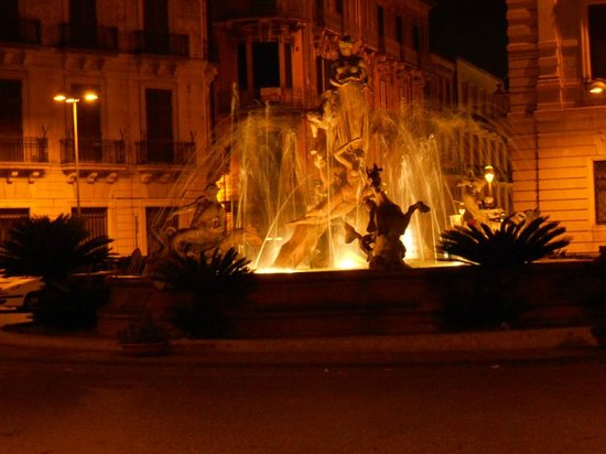 Fountain of Diana: Vista di notte