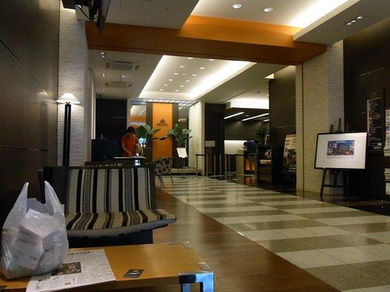 APA Hotel Keisei Narita Ekimae : ホテルのロビーおよびフロント