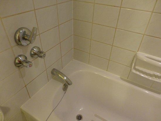 Sheraton Brussels Hotel: salle de bain vetuste et sale