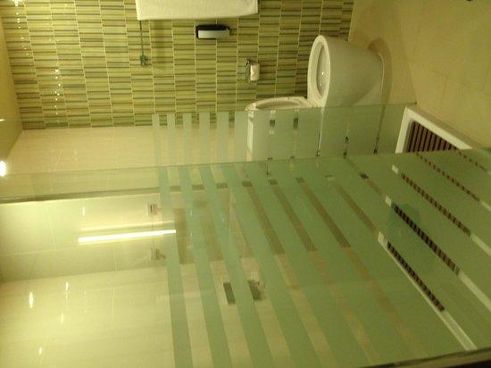 OZO Colombo : modern nice bathrooms