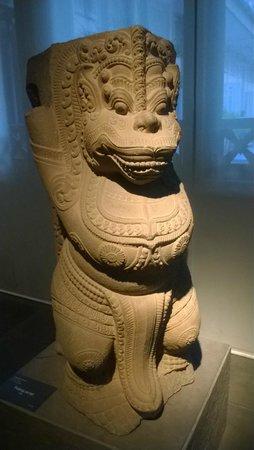 Museo de Historia de Vietnam: Lion (sandstone) 12th-13th century