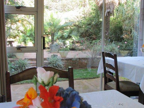 Bancroft B&B: Dinning room view to the rock pool patio