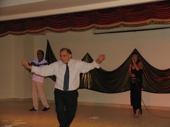 Roda Beach Resort & Spa: Греческий вечер, наш любимый администратор  и его коронный танец