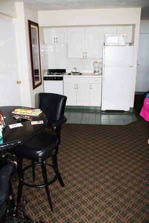 Hawaiian Inn: kitchen rm 340