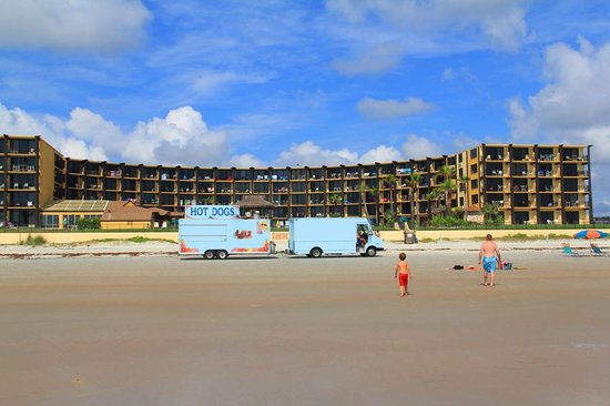 Hawaiian Inn : view from the ocean and the hotdog truck that travels around