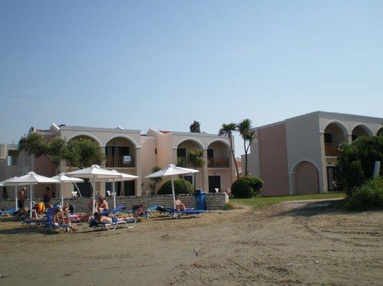 Roda Beach Resort & Spa: Пляж и бунгало