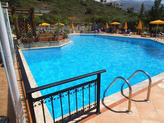 Bella Vista Apartments: Deep Pool