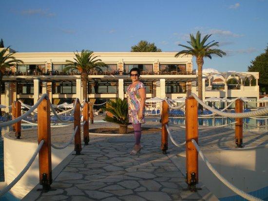 Roda Beach Resort & Spa: Мостик через бассейн, на заднем плане балкон ресторана