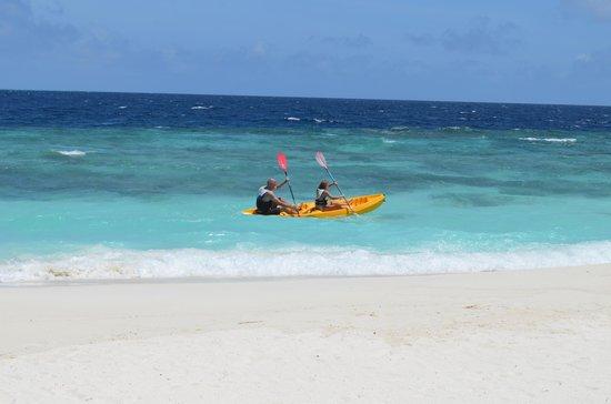 Angsana Ihuru: canoe