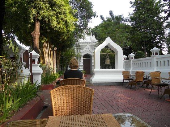 Chiang Mai Plaza Hotel: 外で朝食