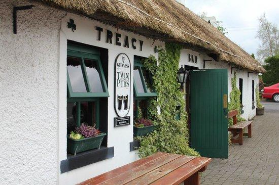 Treacy's Bar & Restaurant: Front of building