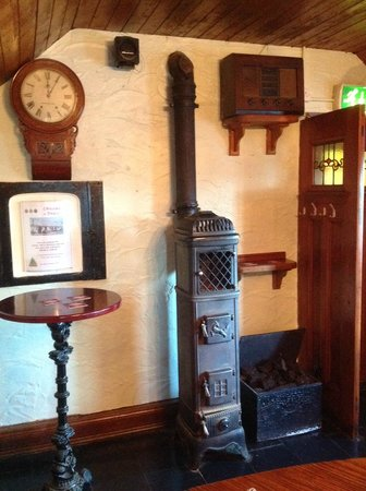Treacy's Bar & Restaurant: Pot bellied stove in bar