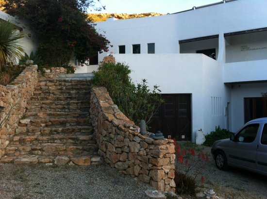 Casa Biank: La entrada principal, discreta e integrada en el paisaje como toda la casa.