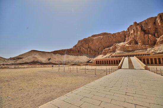 Totentempel der Hatschepsut im Deir-el-Bahari-Tal: VUE DU TEMPLE