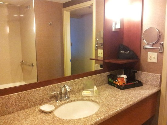 Holiday Inn Torrance: the bathroom