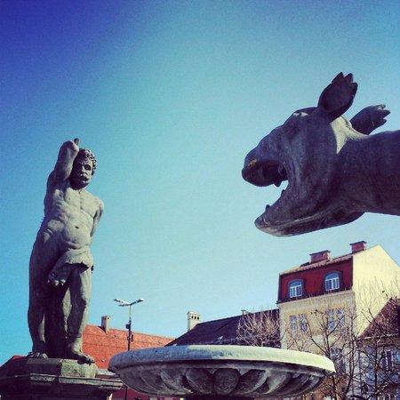 Lindwurmbrunnen : Lindwurm und Herkules am Neuen Platz :-)
