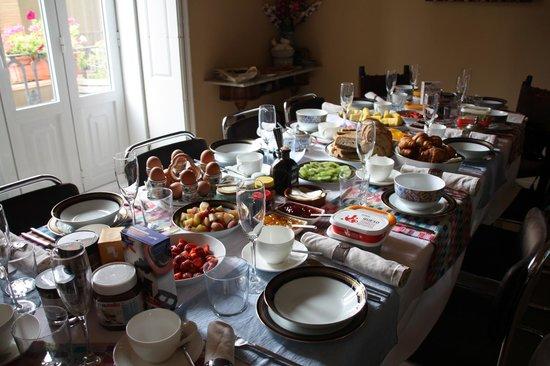 Valencia Mindfulness Retreat: De grote tafel was nog te klein voor het luxe ontbijt!