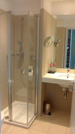 B&O Parkhotel: Bad mit Dusche