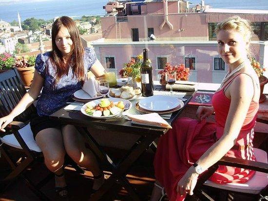 Aziyade Hotel: ресторан в отеле находится почти на крыше, откуда открывается прекрасный вид на Золотой рог